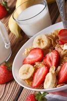 flocos de milho com morangos frescos e banana close-up foto