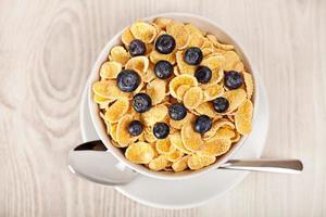 flocos de milho com mirtilos café da manhã foto
