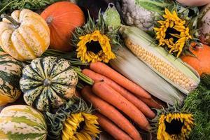 frescos do mercado local legumes de outono foto