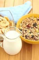 cereal delicioso e saudável em uma tigela com leite foto