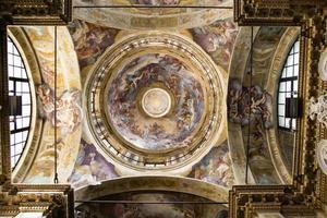 teto barroco com afrescos foto