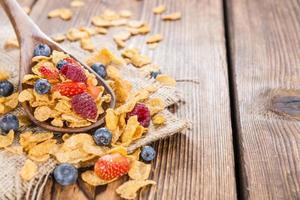 flocos de milho e frutas diferentes foto