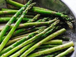 detalhe de aspargos orgânicos em uma frigideira foto