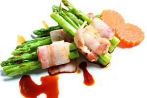 bacon e aspargos foto