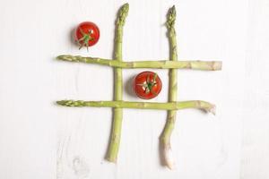 espargos frescos com tomates foto