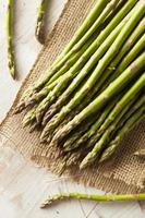 espargos verdes crus orgânicos foto