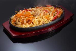 macarrão tailandês em fundo preto foto