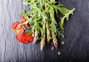 salada de aspargos com chouriço foto