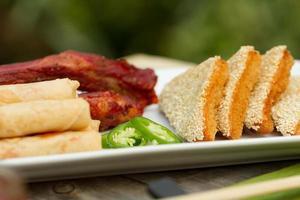 aperitivos chineses sortidos ao ar livre foto