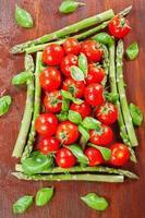 espargos verdes e tomates cereja foto
