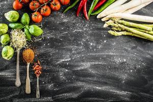 backgroung preto com legumes foto