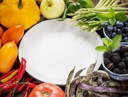 legumes frescos coloridos de todas as cores no fundo de madeira foto