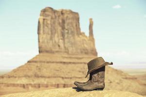 botas e chapéu na frente do vale do monumento