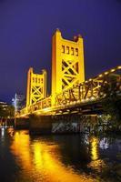 ponte levadiça portões dourados em sacramento foto