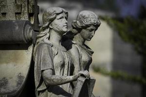 estátua de duas mulheres foto