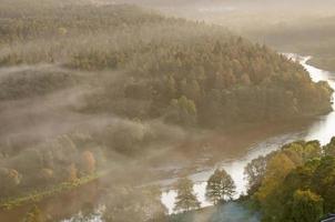 nevoeiro sobre o rio foto