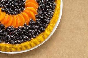 torta de mirtilo e damascos com frutas frescas