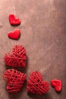 corações vermelhos sobre fundo de madeira para dia dos namorados