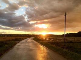 pôr do sol depois da tempestade foto