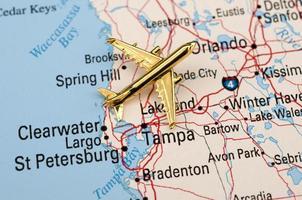 mapa da flórida central com avião dourado