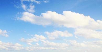 fundos do céu azul foto