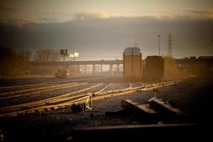 estrada de ferro ao entardecer