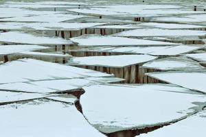 blocos de gelo no rio
