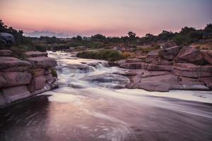 rio áspero com corredeiras foto
