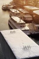 porto fluvial no inverno foto