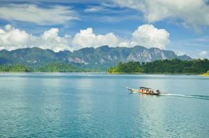 grupo barco de cauda longa esperando os turistas. ratchaprapa ou ch