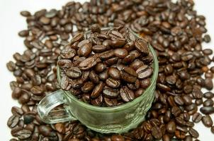 grãos de café em um copo de vidro foto