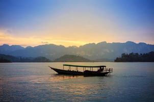 barco tradicional tailandesa cauda longa ao pôr do sol, surat thani, Tailândia