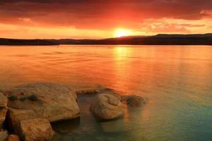 verão lago pôr do sol. foto