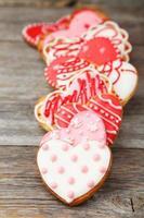 biscoitos de coração no fundo cinza de madeira foto