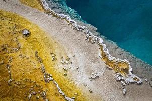 primavera quente perto do lago yellowstone, parque nacional de yellowstone foto