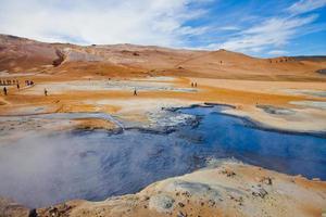famoso local geotérmico islandês hverir hveravellyr e vasos de barro foto
