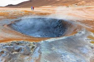 vasos de barro quente na área geotérmica hverir, islândia