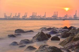 pôr do sol porto, cingapura foto