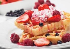 waffle com frutas frescas e creme foto