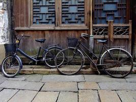 bicicletas na rua da china foto