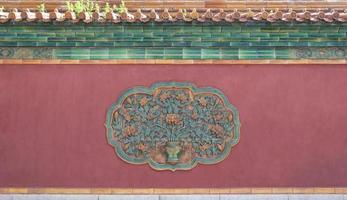 baixo-relevo na antiga muralha foto