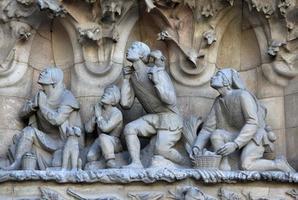 fachada da natividade do templo da sagrada família, barcelona, catalunha, espanha