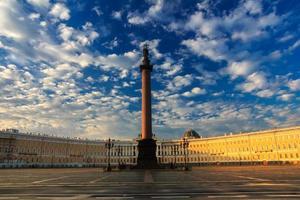 lindo céu da manhã sobre a praça do palácio, são petersburgo, ru foto