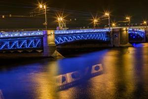 visão noturna da ponte com iluminação foto