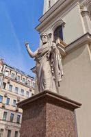 estátua de st paul da igreja de são pedro lutheran (1838) em st petersburg