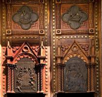 portas da igreja de madeira méxico foto