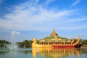 palácio karaweik, yangon, myanmar foto