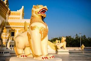escultura tradicional do leão no pagode perto de yangon, myanmar foto