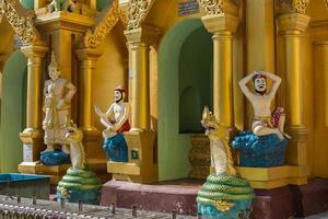 vista exterior do templo em yangong myanmar foto