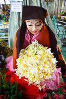 ahmagyi mya nan nwe, um devoto do pagode botahtaung foto